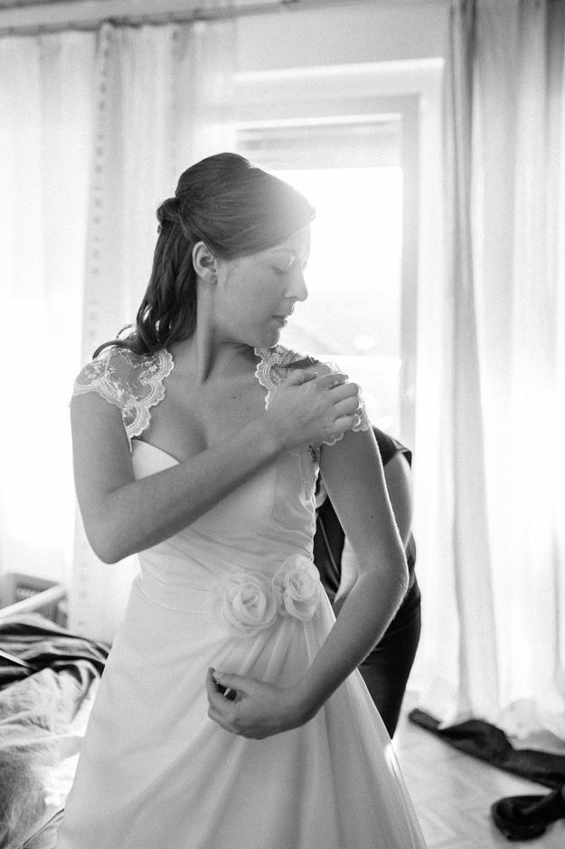 Braut beim Ankleiden