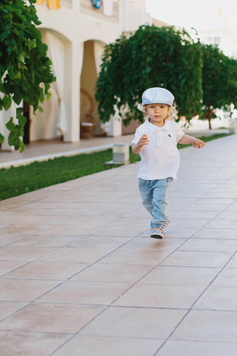 Kind spielt im Hotel